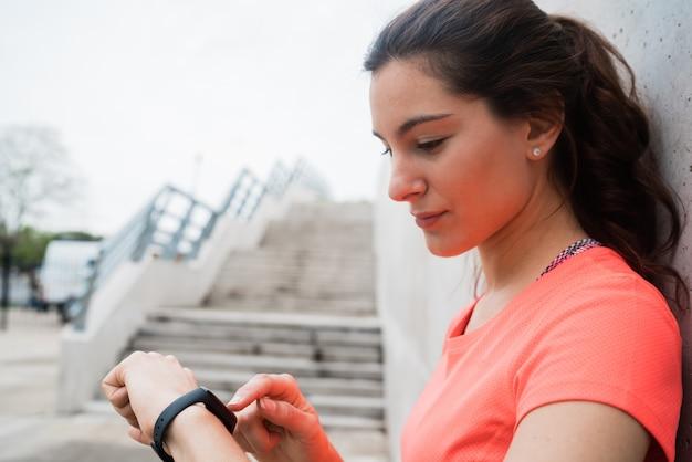 Geschiktheidsvrouw die tijd controleren op slim horloge.