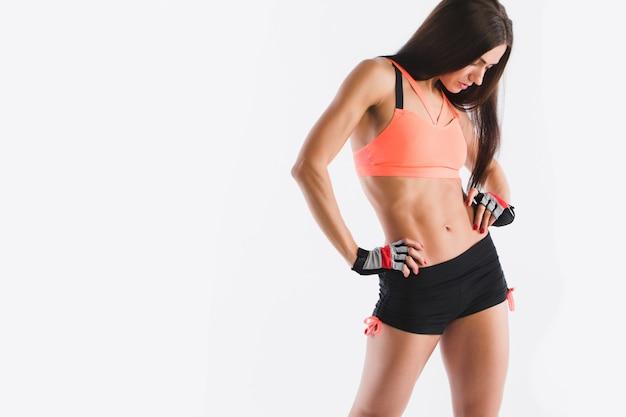 Geschiktheidsvrouw in sportkledingstudio die op wit is ontsproten