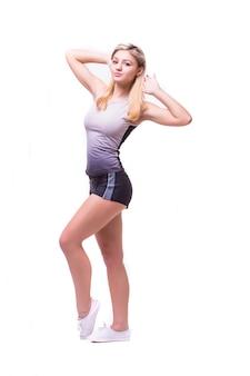 Geschiktheidsvrouw in sportstijl die zich tegen witte achtergrond bevindt. geïsoleerd