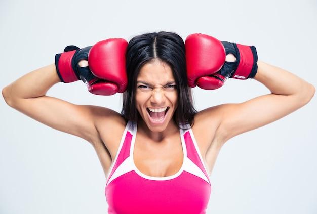 Geschiktheidsvrouw met bokshandschoenen het gillen
