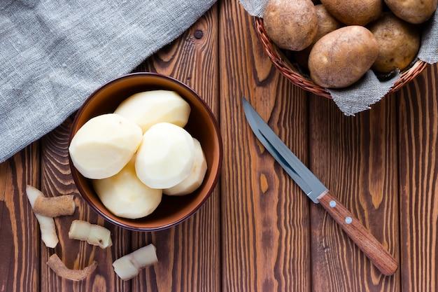 Geschilde aardappelen naast de schil