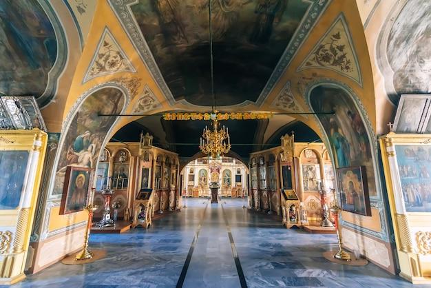 Geschilderd binnenland in de oude kerk van de verhoging van het heilige kruis in vozdvizhenie-dorp, rusland
