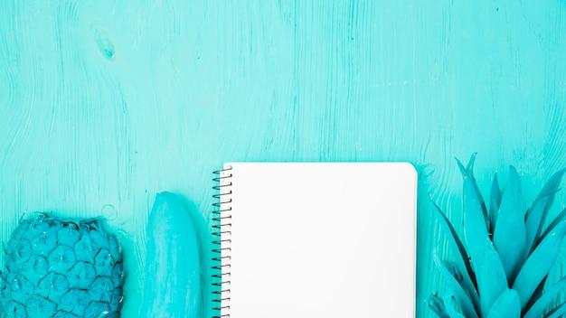 Geschilderde azuurblauwe vruchten en notitieblok