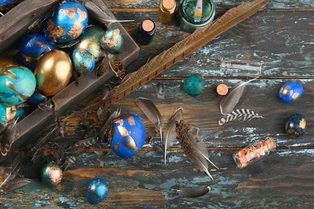Geschilderde gekleurde paaseieren in donkere houten doos