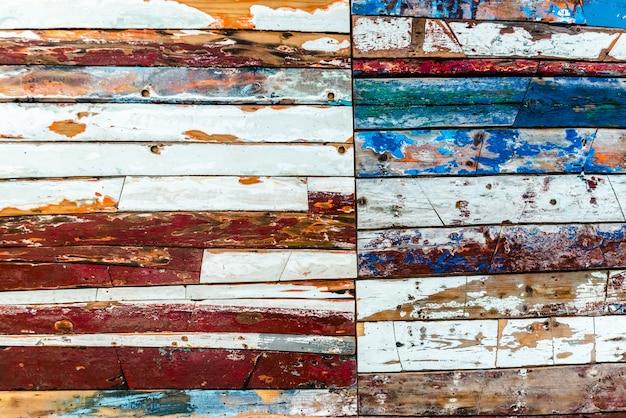 Geschilderde houten planken van verschillende kleuren verouderd