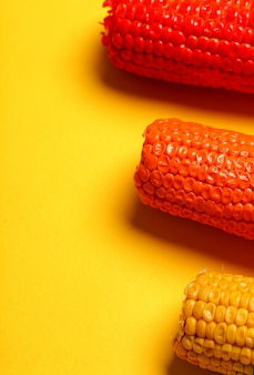 Geschilderde maïs in verschillende kleuren