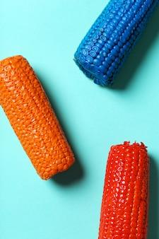 Geschilderde maïs op blauwe tafel