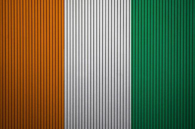 Geschilderde nationale vlag van de cote divoire op een betonnen muur