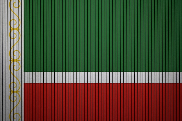 Geschilderde nationale vlag van de tsjetsjeense republiek op een betonnen muur