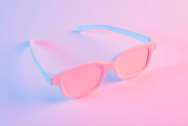 Geschilderde oogglazen tegen roze achtergrond