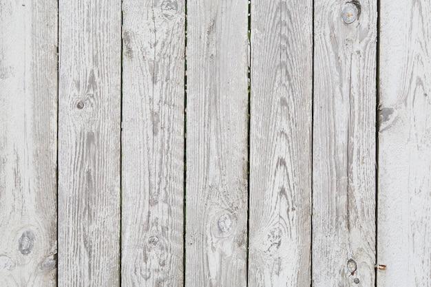 Geschilderde oude plakkerige grijze houten omheining