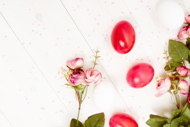 Geschilderde paaseieren bloemen decoratie vakantie kopie ruimte