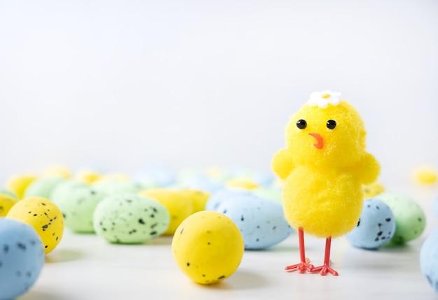 Geschilderde paaseieren en gele kleine kip geïsoleerd op een witte achtergrond