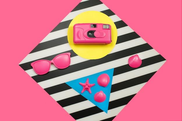 Geschilderde roze modefilmcamera