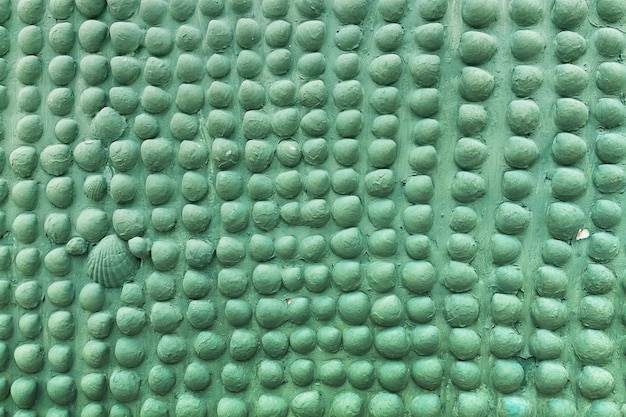 Geschilderde steen met schelp op de muur, de muur textuur