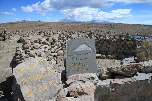 Geschilderde stenen die de richtingen van de omringende vulkanen tonen, het meningspunt langs patapampa pas, arequipa, peru
