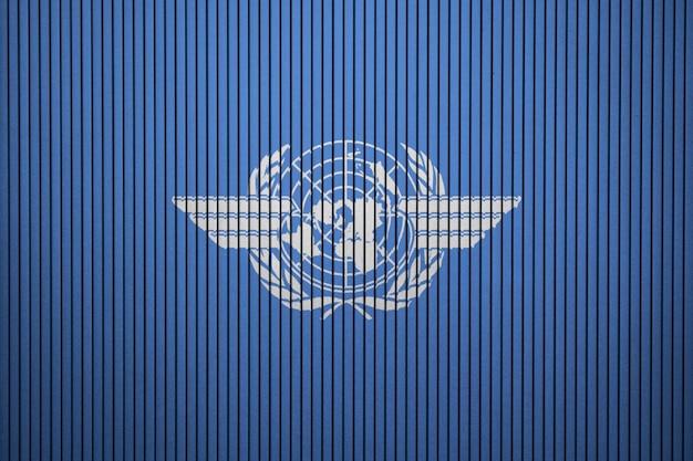 Geschilderde vlag van de internationale burgerluchtvaartorganisatie op een betonnen muur