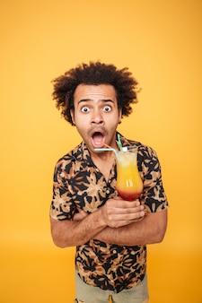 Geschokt afrikaanse man cocktail drinken.