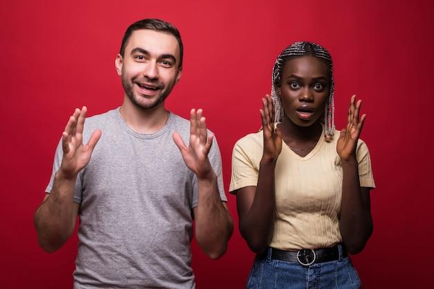 Geschokt afro-amerikaanse jonge vrouwelijke en mannelijke blik met bang angstige uitdrukkingen op camera