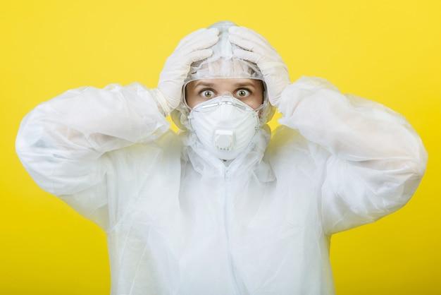 Geschokt arts in beschermend pak ademhalingsmaskers geïsoleerd. epidemische pandemie
