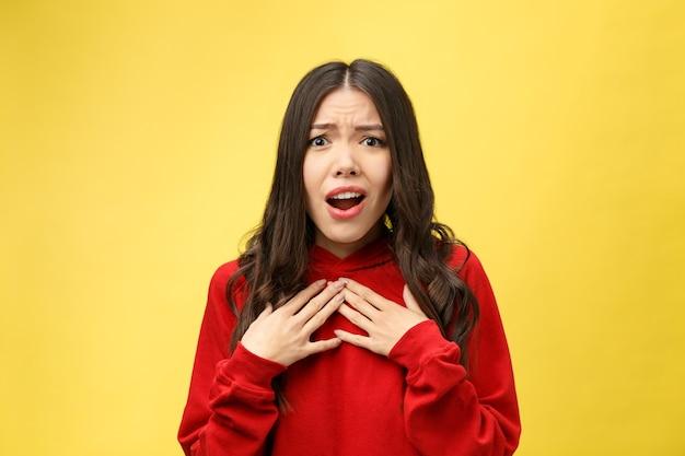 Geschokt bang mooie jonge vrouw met wijd geopende mond
