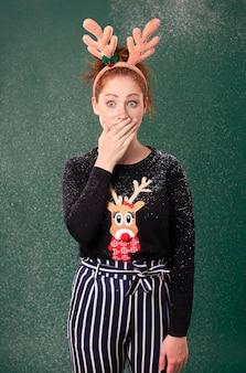 Geschokt en bezorgd meisje in kerstmistijd