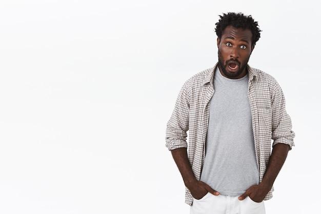 Geschokt en sprakeloos jonge verdoofde afro-amerikaanse bebaarde man