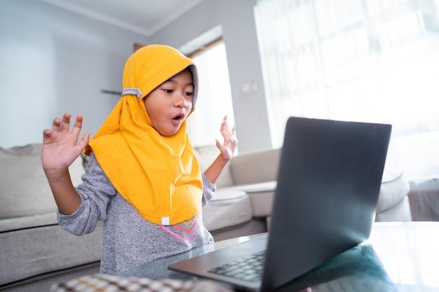 Geschokt jonge jongen student laptop beeldscherm kijken thuis