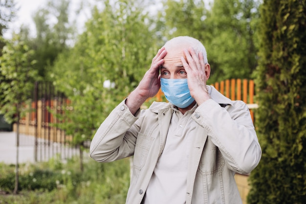 Geschokt man met medische gezichtsmasker staande op de natuur