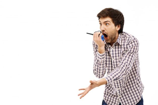 Geschokt man schreeuwen tegen walkie-talkie