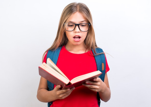 Geschokt schoolmeisje met boek