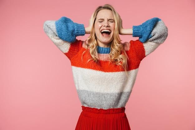 Geschokt schreeuwende jonge mooie mooie vrouw poseren geïsoleerd over roze muur
