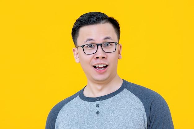 Geschokt verrassende jonge aziatische man