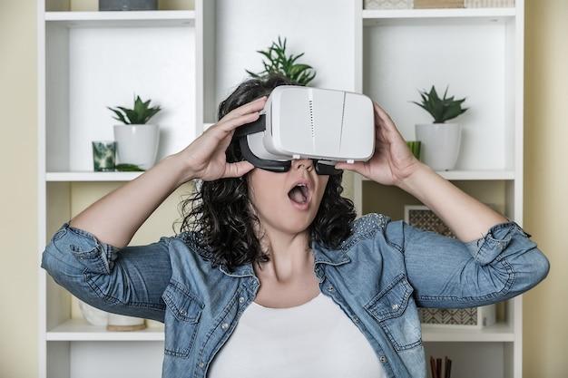 Geschokt volwassen vrouw in virtual reality headset