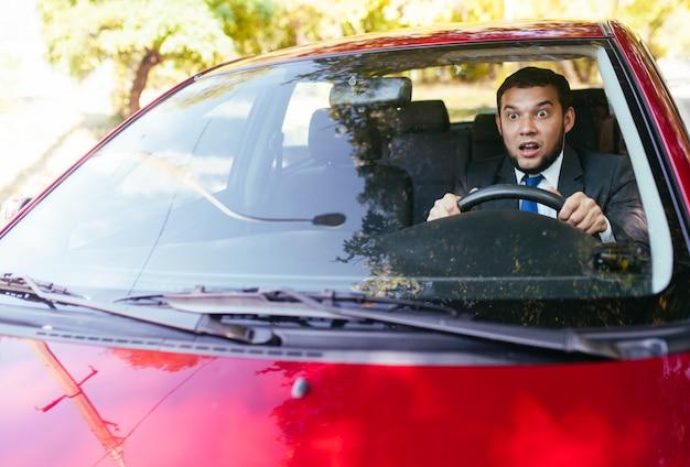 Geschokte chauffeur in de auto