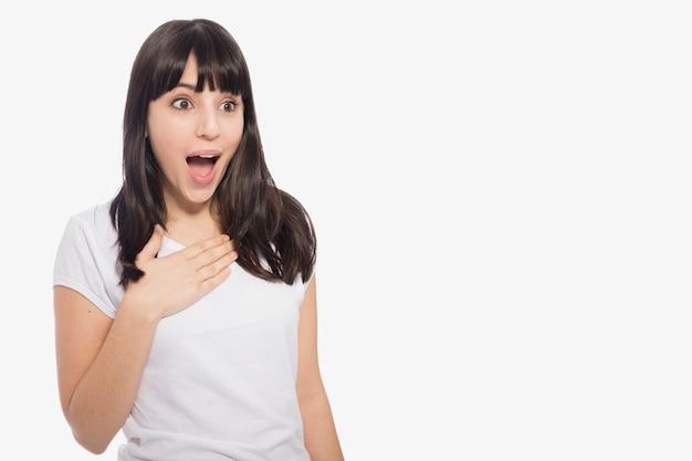Geschokte jonge vrouw