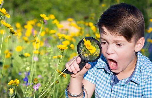 Geschokte jongen met vergrootglas