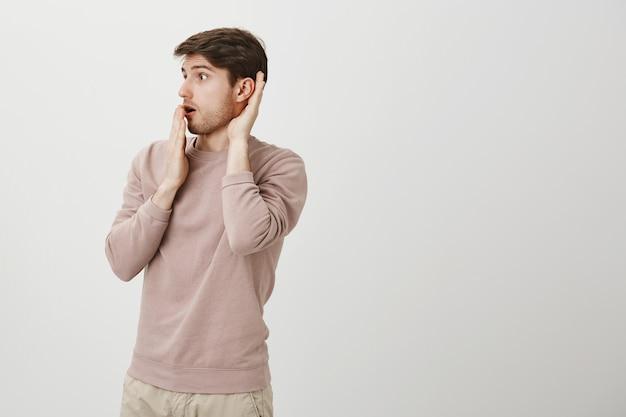 Geschokte man hoort een interessant gesprek, afluisteren