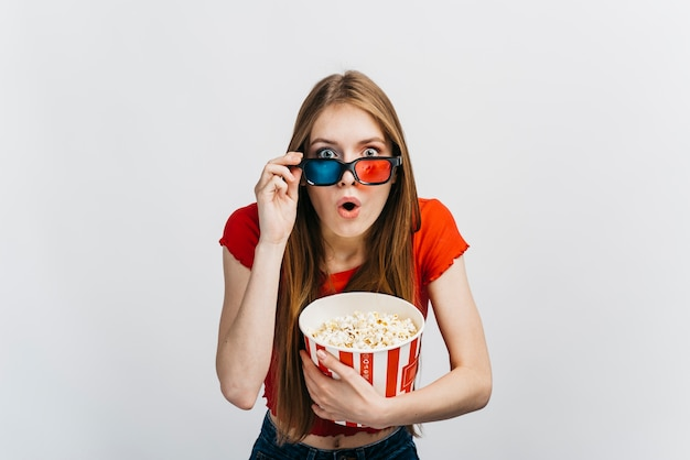 Geschokte vrouw die een 3d film bekijkt