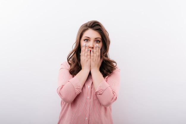 Geschokte vrouw die mond behandelt