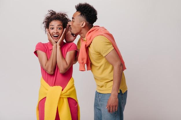 Geschokte vrouw luistert naar haar vriend die haar geheim vertelt