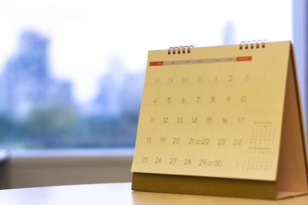 Geselecteerde focus kalender op de tafel met de achtergrond van de weergave van de stad