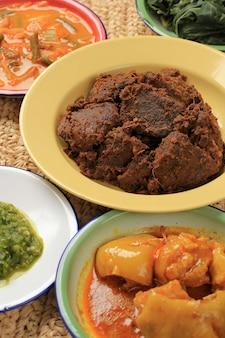 Geselecteerde focus rendang of randang is het lekkerste eten ter wereld. gemaakt van rundvleesstoofpot en kokosmelk met verschillende kruiden en specerijen. typisch eten van minang tribe, west sumatera, indonesië