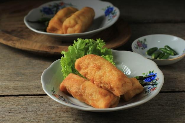 Geselecteerde focus sosis solo of fried egg crepe met rundergehakt of kipvulling. populaire snack van solo indonesia voor snack box