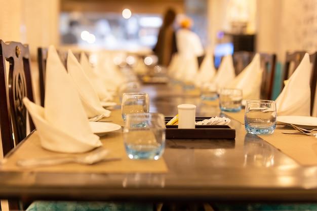 Geselecteerde focus van leeg glas water op tafel met servet.