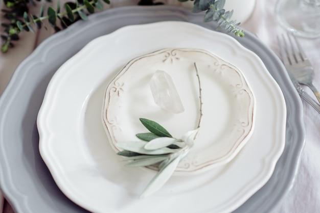 Geserveerd voor bruiloft banket tafel in blauw wit.