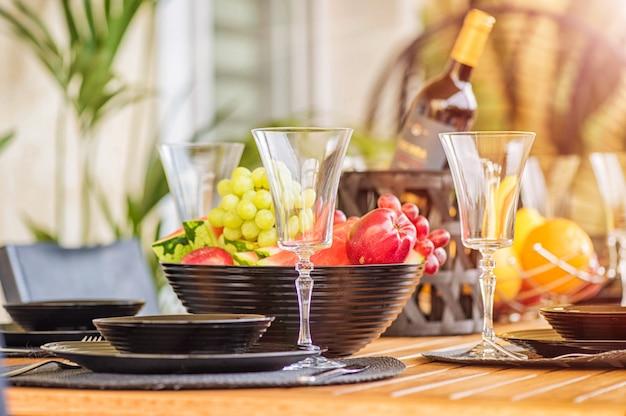 Geserveerde tafel gedekt op zomerterras