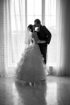 Gesilhouetteerd portret van een bruid en een bruidegom
