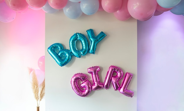 Geslacht onthullen partij blauwe en roze ballonnen in de woonkamer op witte muur definitie van een jongen of meisje