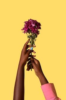 Geslacht vloeibare persoon hand geïsoleerd op geel